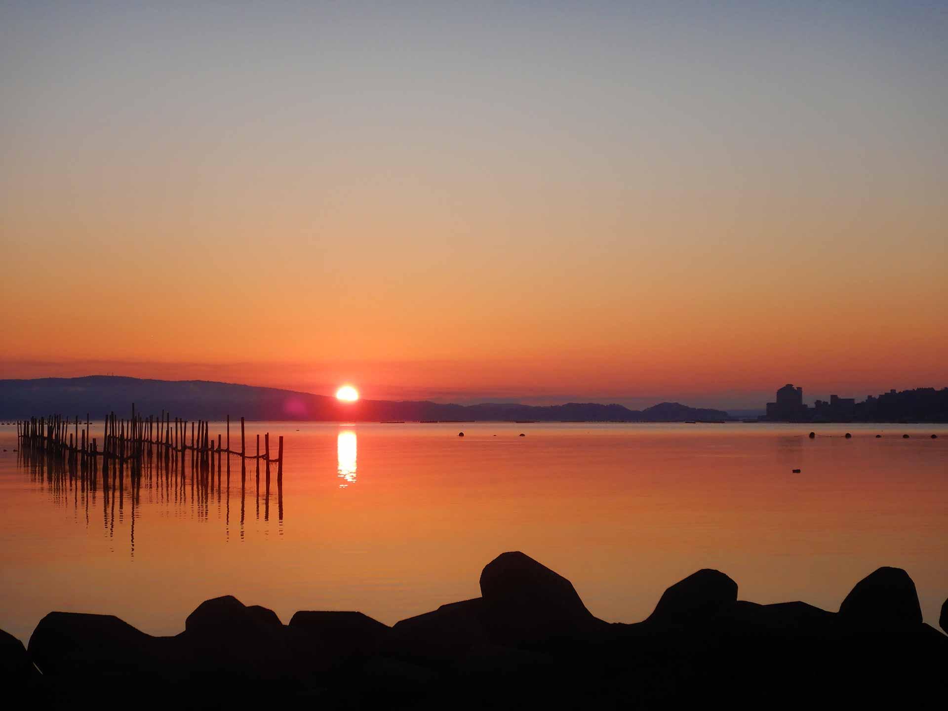 牡蠣棚と朝日